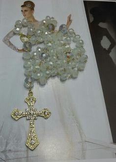 Terço de noiva de cristais e banhado a ouro. Buquê de Broches by Emiliane Pereira. WhatsApp ( 62 ) 8118-7054.