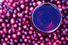 Picture of Abstract of cranberry juice with fresh cranberries. Shallow DOF with focus on glass of juice. Best Cranberry Juice, Cranberry Juice Cocktail, Triple Sec, Mojito, Aloe Vera, Food Gallery, Fat Burning Detox Drinks, Fresh Cranberries, Lose Body Fat