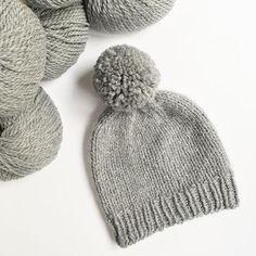 """To czapka gotowa 👌 jest gruba, ciepła i z DUŻYM pomponem ❤️ To teraz został mi """"tylko"""" szalik żeby czapka nie była samotna 😉 Cały zestaw powstaje ponieważ kupiłam ostatnio nowy płaszczyk i jakimś cudem nic do niego nie pasuje🙈 Wam też z każda nowa kurtką  powstaje nowy komplet? 😅  #knit #knitting #knitted #knittinghat #knittingaddict #knitlove #knittersofinstagram #instaknit #yarn #yarnlove #yarnaddict #dropsyarn #dropsandes #pompon #polishknitters #dzierganie #nadrutach #rękodzieło…"""
