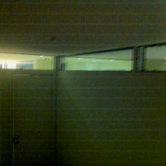 Här en dålig bild från Einars rum som visar glaspartierna ovan vägg, mellan grabbarnas sovrum samt mot entrén/köket..