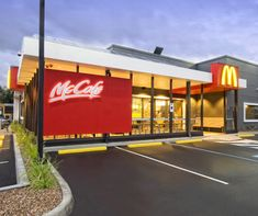 A new McDonald's in Kilsyth South, Victoria is the first Australian restaurant to be recognised with Green Star certification Cafe Exterior, Restaurant Exterior, Craftsman Exterior, Modern Exterior, Restaurant Design, Exterior Windows, Bungalow Exterior, Exterior Signage, Retail Architecture