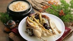 the chicken with the sweet rice, a ginseng root, a few jujubes, and cloves of garlic. Place it in a pot. Ginseng Chicken Soup, Garlic, Rice, Meat, Food, Essen, Meals, Yemek, Laughter