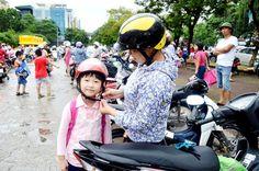 Ý thức đội mũ bảo hiểm của người dân ngày càng được nâng cao hơn