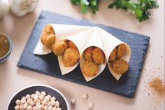 I felafel sono un piatto tipico della tradizione Araba, costituito da polpette fritte a base di ceci tritati con cipolla, aglio, prezzemolo e cumino.