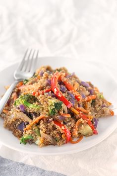 Quinoa Stir Fry with Vegetables. - Save some time cooking big batches of quinoa or rice to make healthy meals during the week like this quinoa stir fry with vegetables. It's so tasty! Stir Fry Quinoa Bowl, Quinoa Side Dish, Fried Quinoa, Vegetable Stir Fry, Fried Rice, Vegan Blogs, Vegetarian Recipes, Healthy Recipes, Healthy Meals