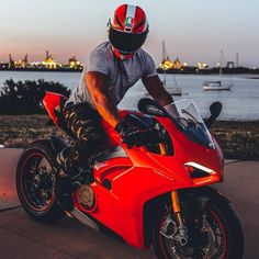 CiRRa Ducati 1299 Panigale, Ducati Superbike, Ducati Motorbike, Racing Motorcycles, Motorcycle Style, Motorcycle Outfit, Moto Scrambler, Bike Photoshoot, Motorcycle Photography