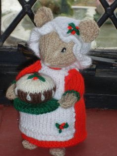 HAND KNITTED CHRISTMAS COOK MOUSE CHRISTMAS HOLDING HER PUDDING /MICE ALAN DART