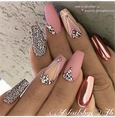 Metallic Pink Quinceanera Nails A rose gold quinceañera is a glamorous, gorgeous theme! Gold & pink elements inspire a rose gold quince. Our rose gold inspirational pictures can help you! Nail Design Glitter, Gold Nail Designs, Acrylic Nail Designs, Bling Nail Art, Bling Bling, Rose Gold Nail Design, Best Nail Designs, Sexy Nail Art, Diamond Nail Designs
