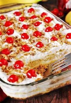 Easy No Bake Banana Split Dessert Recipe This creamy Banana Split dessert is a family favorite! Delicious, rich and creamy, with all the ingredients you love in a banana split . - Lazy Girl:Easy No Bake Banana Split Dessert Recipe No Bake Banana Split Dessert Recipe, Banana Recipes No Bake, Easy No Bake Recipes, No Bake Banana Pudding, Coconut Pudding, Banana Pudding Recipes, Cheap Recipes, 13 Desserts, Summer Dessert Recipes