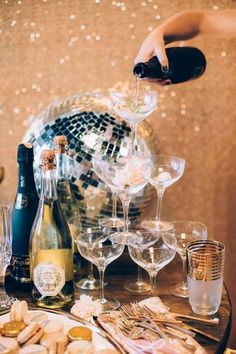 A Sparkly Holiday Party To Inspire You This Season! Glitter bombs, disco balls, a Champagne glass tower—yes, please! We instantly fell head over (sequined) heels for this wild take on a classic holiday party thrown by Rachael Lunghi and Julia Wheeler. Silvester Diy, Fond Design, Party Mottos, Festa Party, Sofia Party, Elmo Party, Mickey Party, Dinosaur Party, A Little Party