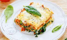 Lasanha de legumes, um prato italiano e vegetariano, com legumes frescos é uma refeição completa e saudável.