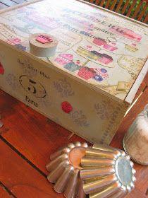 caja de vino reciclada decorada con papel decoupage y stencils cajas de fresas y de vino pinterest plantillas y decoupage