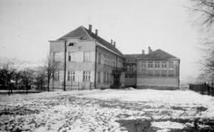 Szkoła z dobudowaną już salą gimnastyczną w 1965 roku.