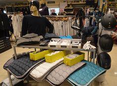 En la tienda de hípica TOT CAVALL tenemos todo lo que necesitas. Visita nuestra tienda online  www.totcavall.com Todo con un 10% Dto. * Solo hasta fin de Rebajas Otoño/Invierno. Pedidos también por WhatsApp: 638191092 #pantalones #jinete #amazona #hipica #equitacion #plastron #cabezadas #ramal #mantillas #vendas