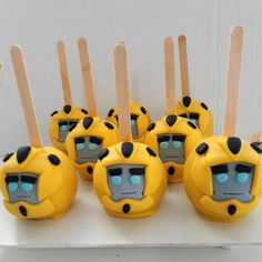 Maçã coberta com chocolate branco tingido, personalizada com pasta americana, embalada em saco de celofane e fita de cetim.  ENVIO PELO CORREIOS, PARA FORA DA CIDADE DE SÃO PAULO, SOMENTE SEDEX 10 E SEDEX 12    PESO APROXIMADO Transformers Cupcakes, Bumblebee Transformers, Transformers Birthday Parties, 6th Birthday Parties, 4th Birthday, Rescue Bots Birthday, Bumble Bee Transformer Cake, Transformer Birthday, White Chocolate