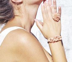 Conjunto de pulsera y de conchas naturales pintadas mano de la Toja. Joya artesa única y original.Pulsera hecha a mano en Galicia. #jewelry #handmade #handmadeatamazon  #handmadejewelry
