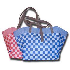 Deze tas van pompdoek is niet alleen leuk voor de boodschappen, maar ook voor een dagje strand! Ook maken? https://www.jansikkes.nl/zelfmaakideeen/kleding-en-accessoires