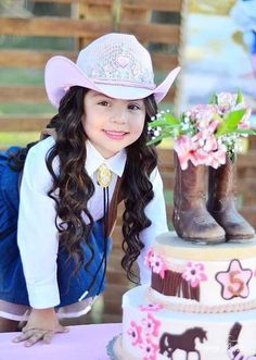fiesta de vaquera para niñas Rodeo Birthday, Horse Birthday Parties, Birthday Party Outfits, 1st Birthday Girls, Birthday Party Decorations, Girls Cowgirl Costume, Cowgirl Outfit For Girl, Cowboy Theme Party, Horse Party