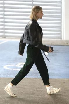 Biker Jacket Hailey Baldwin wearing Fear of God Essentials x Converse Chuck 70 High Top Shoes, Thierry Mugler Cropped Soft Leather Moto Jacket, Thierry Mugler Paneled Velvet Tapered Pants Looks Street Style, Looks Style, Looks Cool, My Style, Trendy Style, Girl Style, Black Converse Outfits, Converse Chuck, Chucks Outfit