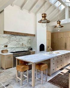 moderne Küche ohne Hängeschränke mit Marmor und Holz einrichten Classic Kitchen, New Kitchen, Kitchen Decor, Kitchen Ideas, Long Kitchen, Natural Kitchen, Awesome Kitchen, Kitchen Inspiration, Rustic Kitchen
