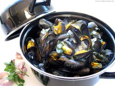 The quintessential French holiday dish! Try this easy recipe with illustrated, step-by-step instructions for a delicious taste of summer. Summer Recipes, My Recipes, Holiday Recipes, Cooking Recipes, Favorite Recipes, French Recipes, Mussels, French Food, Recipe For 4