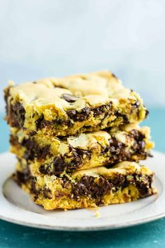 Easy Cake Mix Cookie Bars made with just four ingredients: oil, eggs, cake mix, and chocolate chips. An easy cake mix dessert! Cake Mix Cookie Recipes, Dessert Cake Recipes, Cake Mix Cookies, Dessert Bars, Easy Desserts, Roll Cookies, Dessert Ideas, Make Chocolate Chip Cookies, Chocolate Chips