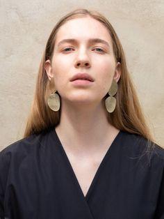 To Stener Øredobber - Håndlagede smykker fra Mold Atelier Stone Molds, Stone Earrings, Creative Studio, Polished Brass, Accessories Shop, Chic, Stones, Fashion, Atelier