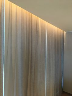 curtain cove lighting in a hotel guestroom Indirect Lighting, Linear Lighting, Lighting Design, Cove Lighting Ceiling, Ceiling Lights, House Ceiling Design, House Design, Curtain Lights, Interior Decorating