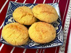 Ces savoureuses Harcha ou galettes marocaines de semoule à l'huile d'olive sont façonnées en ghriba (macarons) puis enfournées. Une façon facile et rapide de préparer des galettes de semoule ! INGREDIENTS 300g de semoule fine 200g de grosse semoule 100g...