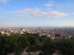 グエル公園から見下ろすバルセロナの市街地。サグラダファミリアも。