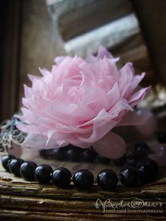 Бусы и брошь цветок - комплект украшений с камнями. Кварц, агат.. Колье из натуральных тонированных камней - розового кварца и черного агата с цветком из ткани.    Необычное украшение из натуральных камней, несомненно, оценит женщина, любящая оригинальные и стильные вещи.