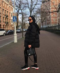 All-Black Outfits: 27 Perfect Ways to Look Like You've Made an Effort - Hiyab Modern Hijab Fashion, Street Hijab Fashion, Hijab Fashion Inspiration, Muslim Fashion, Modest Fashion, Swag Outfits, Mode Outfits, Hijab Styles, All Black Outfits For Women