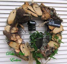 венок с деревянным декором
