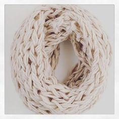 今や冬の定番小物となっている「スヌード」。 温かくてオシャレなスヌードだって、うで編みで簡単に編めちゃうんです。