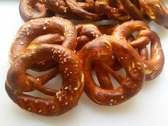 Bretzel classico pane tedesco dalla forma e sapore inconfondibile con cristalli di sale in superficie utilizzato in tutte le popolazioni che parlano tedesco