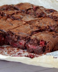 brownies me fraoula k sokolata Strawberry Brownies, Healthy Sweets, Light Recipes, Sweet Recipes, Deserts, Food And Drink, Cooking Recipes, Yummy Food, Chocolate