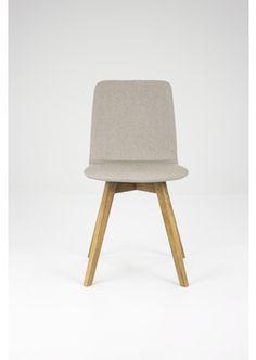 Mia tuoli vaalean harmaa. Jalat tammea.