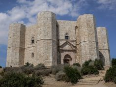 Castel del Monte: Weltkulturerbe, amazing architecture and mystic history. Worth a visit. Take the Audioguide. It costs only a few Euros and give a lot explanation about the building. Tipp: you can plug a headset into the Audioguide, its more hygienic I think and you can listen parallel with whom you would like to share your headset :-)
