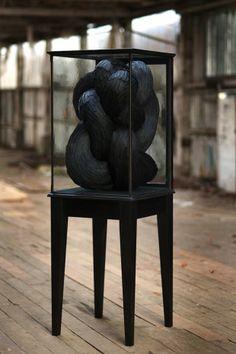 Déjà présenté dans le Journal du Design (pour retrouver l'article, cliquez ici), l'artiste britannique Kate MccGwire et ses sculptures abstr...