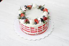 Всеми любимые морковные коржи, с прослойкой из соленой карамели и сырного крема чиз, украшены в лучших новогодних традициях Автор instagram.com/_dolce_torta_ #toprussiancakes #russiancakes