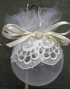 Vintage Decor Diy This is beautiful. I can see doing something like this with a vintage button or jewellry to add some bling. Christmas Projects, Holiday Crafts, Christmas Holidays, Christmas Mantels, Christmas Christmas, Vintage Christmas, Beaded Christmas Ornaments, Christmas Tree Decorations, 242