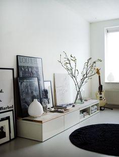 gestellte Bilderrahmen bilderpraesentation Ikea Cabinets with wooden top by Vosg… – Media Room İdeas 2020 Decoration Inspiration, Interior Inspiration, Decor Ideas, Home Living Room, Living Spaces, Small Living, Muebles Living, Ikea Cabinets, Scandinavian Home