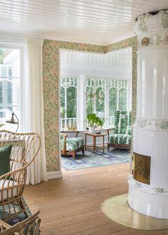 kakelugn och morris tapet i vardagsrum med glasveranda - Lilly is Love Scandinavian Home, Stairs In Living Room, Interior Design, Beautiful Homes, Living Room, Living Room Decor Neutral, Home, Interior, Home Decor
