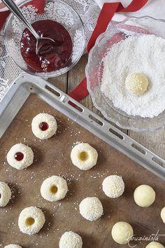 Μπισκότα βουτύρου με καρύδα & μαρμελάδα / Strawberry coconut thumbprint cookies Thumbprint Cookies, Greek Recipes, Griddle Pan, Biscotti, Strawberry, Food And Drink, Coconut, Sweets, Fruit