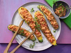 Lecker! Gegrillte Zucchini mit Topping aus Ricotta und Paprika | Kalorien: 67 Kcal - Zeit: 30 Min. | http://eatsmarter.de/rezepte/gegrillte-zucchini-topping