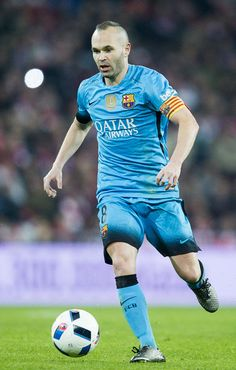 Andres Iniesta of FC Barcelola controls the ball during the Copa del Rey Quarter Final First Leg match between Athletic Club and FC Barcelola at San Mames Stadium on January 20, 2016 in Bilbao