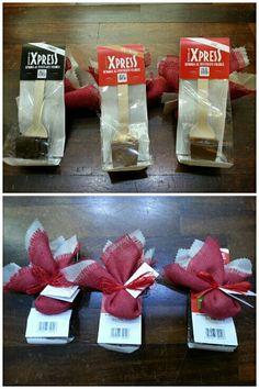 CioccoExpress (cioccolata in tazza pronta in 2 minuti!) e sacchettino in iuta rossa e silkpaper ecrù, confetti cioccolato e mandorla con zucchero di canna integrale, raffia rossa. #bomboniere #equosolidali