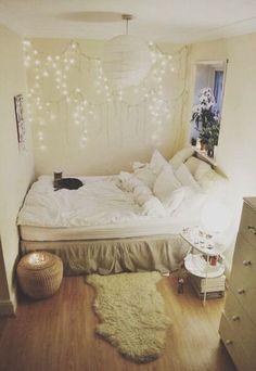 ご主人様がいない間はベッドを独り占め。 壁に吊るされたイルミネーションライトが、白でまとめられたお部屋のワンポイントになっていてきれい。 洋風なお部屋に和風の照明というのはミスマッチと思いきや、ぴったりですね。