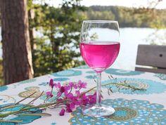 Horsmankukkajuoma. Maitohorsman kukista valmistettu heleän pinkki juoma. Hortoilu.