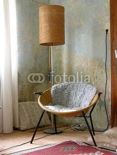 Leseecke mit Sessel und Stehlampe in einem Bauernhaus in Rudersau bei Rottenbuch in Oberbayern